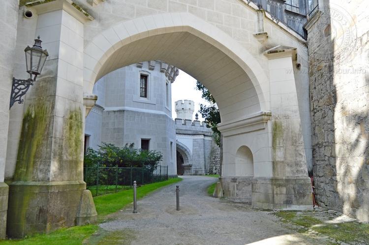 Экскурсия из Праги по Чехии. Замок Глубока над Влтавой. Задние ворота