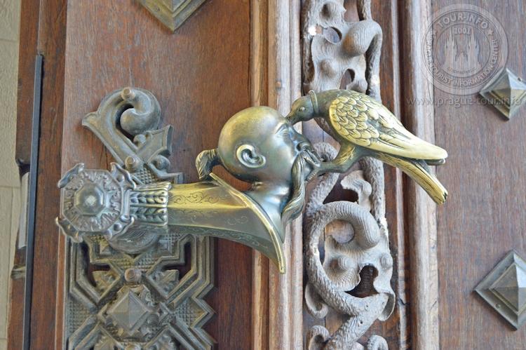 Экскурсия из Праги по Чехии. Замок Глубока над Влтавой. Ручка на входной двери, турок.