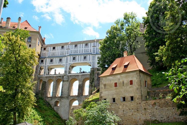 Чешский Крумлов и замок Глубока экскурсия из Праги по Чехии. Плащевой мост.