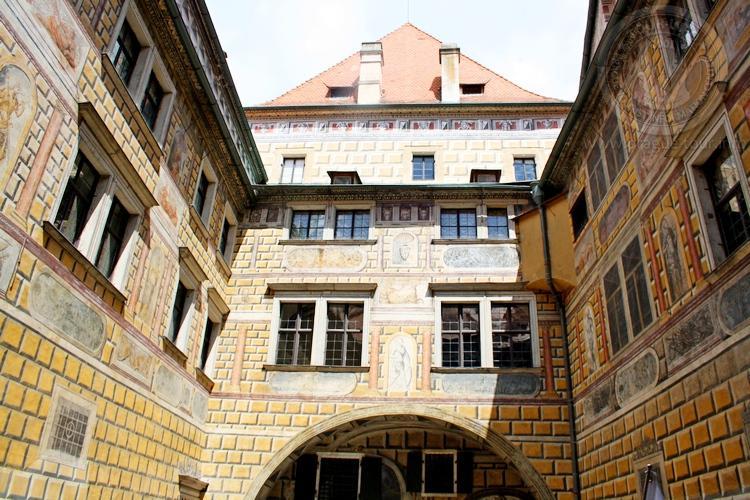 Чешский Крумлов и замок Глубока экскурсия из Праги по Чехии. Дворы замка
