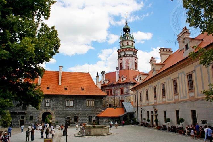 Чешский Крумлов и замок Глубока экскурсия из Праги по Чехии. Двор замка