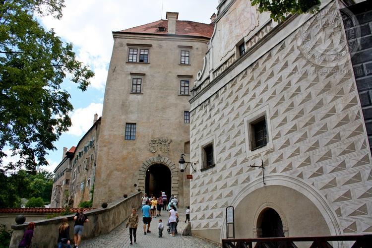 Чешский Крумлов и замок Глубока экскурсия из Праги по Чехии. Спуск от замка