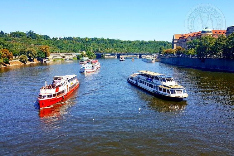 Часовая прогулка на кораблике  по Влтаве в Праге в 11 часов