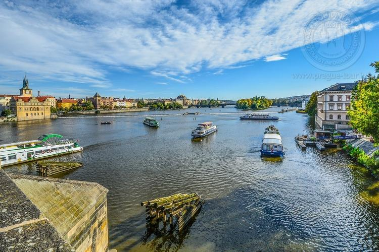 Часовая прогулка в 11 часов  по Влтаве в Праге вид с моста