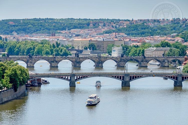 Часовая прогулка на кораблике в 11 чвасов,  по Влтаве,  вид на пражские мосты