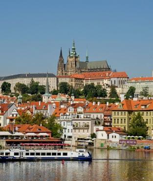 Прогулка на кораблике с обедом по Влтаве,  вид на Пражский град