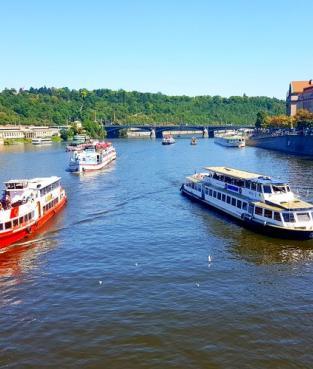 Часовая прогулка в 16 часов,  по Влтаве в Праге вид с моста